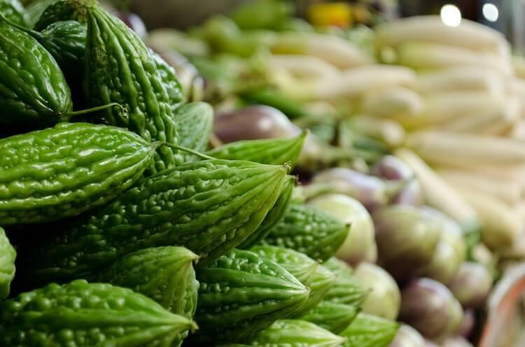 légumes verts &quot;width =&quot; 700 &quot;height =&quot; 463 &quot;/&gt; </p> <p> Inclus parmi les remèdes à la maison efficaces pour abaisser la glycémie est la courge amère. La courge amère contribue à améliorer le métabolisme du glucose au niveau cellulaire plutôt que de se concentrer sur un type spécifique d&#39;organe ou de tissu, ce qui réduit le taux de sucre dans le sang. </p> <h3> Que faire </h3> <ul> <li> Retirer les graines d&#39;une courge amère puis ajouter la courge elle-même à un extracteur de jus ou un mélangeur avec de l&#39;eau pour obtenir son jus. </li> <li> Buvez ce jus sur un estomac vide chaque matin. </li> <li> Vous pouvez également inclure de la courge amère dans votre cuisine pour récolter ses bienfaits pour la santé. </li> </ul> <h2> 7. Aloe Vera </h2> <p> <img class=