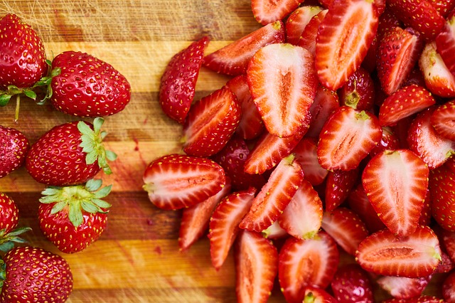 25 health and beauty benefits of strawberries